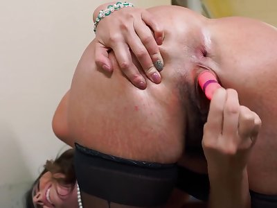 Making the hot secretary squirt at the office