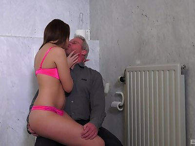 Teen floosie moans with an obstacle older man inculcate her like a bull